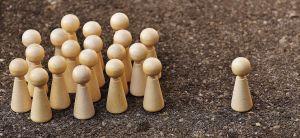 pionnen die in een groepje staan, een pion is uitgesloten