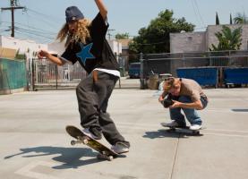 Jongen die skate en andere jongen die dit vastlegt op camera