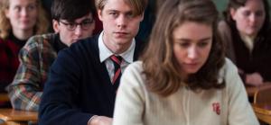 Leerlingen achter elkaar in de klas