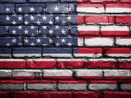 bakstenen met de Amerikaanse vlag erop geschilderd