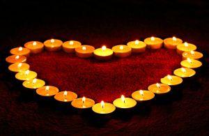 theelichtjes in een hartvorm geplaatst