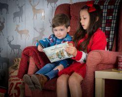 Twee kinderen lezen in een boek