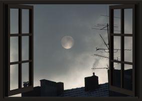 de maan uit een raam