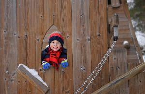 kind in houten kasteel