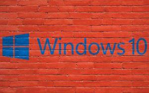 Bakstenen muur met logo van Windows 10
