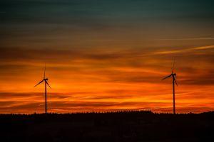 Windmolens in ondergaande zon