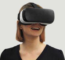 Vrouw met VR-headset op het hoofd