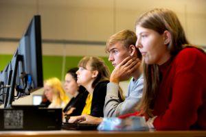 Leerlingen aan een computer