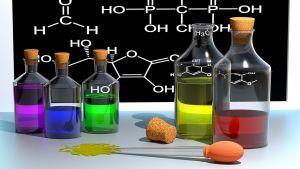 glazen flessen met gekleurd vloeistof in