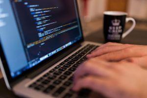 laptopscherm met iemand dia aan het coderen is