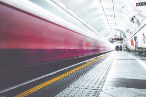 een snelle trein in het station