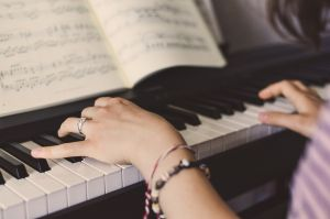 handen van iemand die piano speelt