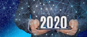 Persoon die tablet vasthoudt met het jaartal 2020 op