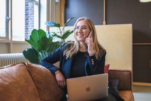 vrouw-kantoor-business-communicatie