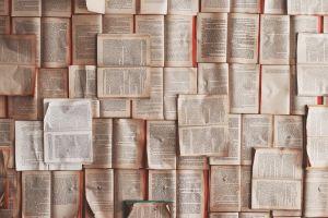 wand met vergeelde bladzijden uit boek