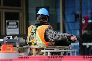 bouwvakker aan het werk op de werf