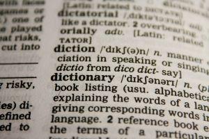 woordenboek dat openligt op dictionary