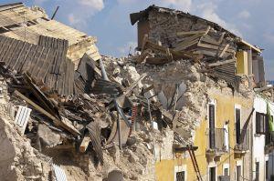 vernielde gebouwen na aardbeving