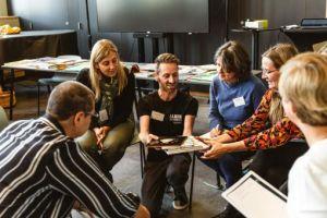 leerkrachten in een cirkel rond de spreker