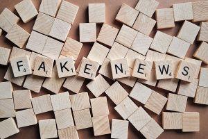 fake news, houten blokken met letters