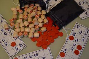 bingokaarten en houten blokjes met getallen op