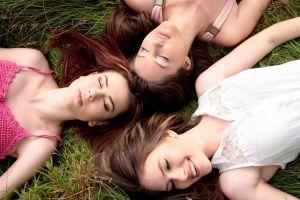 drie meisjes in het gras