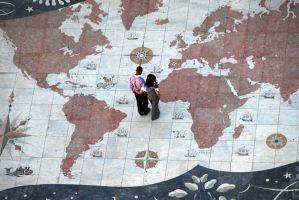 wereldkaart waar 2 personen op staan
