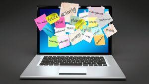 Afbeelding van een computer met kleefbriefjes op het scherm
