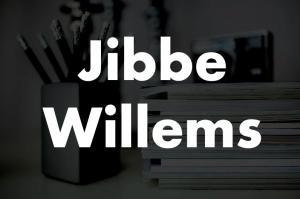 Jibbe Willems met op de achtergrond pennen en publicaties