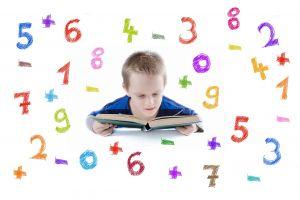 Jongen met boek tussen gekleurde cijfers