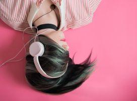 meisje met een koptelefoon