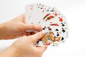 Handen die kaartspel vasthouden