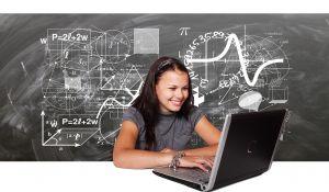 meisje achter laptop en wiskundige tekens op achtergrond