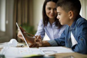 Ouder en kind maken online opdracht