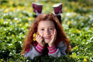 lachend meisje ligt in het gras