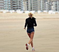 meisje dat op het strand loopt