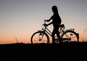 silhouet van iemand met een fiets