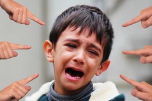 vingers wijzen naar een huilende jongen