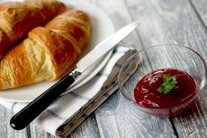 Croissants, confituur en een mes