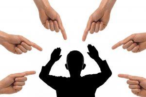 vingers wijzen naar persoon in het midden