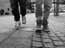 Twee kinderen springen op 1 voet