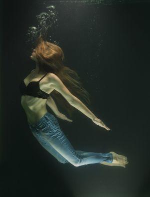 meisje in water met luchtbellen