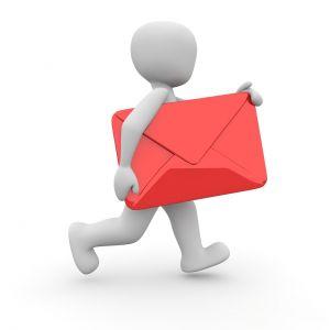 Wit figuurtje draagt een rode envelop onder de arm
