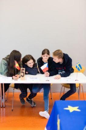 leerlingen aan een tafel tijdens workshop