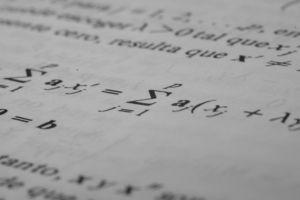 wiskundige tekens op een wit blad