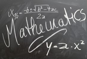 mathematics en formules op een zwart bord