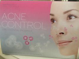een meisje met acne op haar gezicht