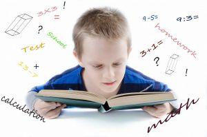 jongen leest een boek met op wit achtergrond wiskundige tekens en symbolen