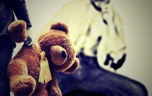 kindje met een beer vast