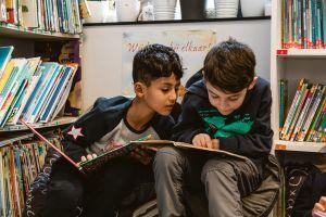 Twee jongens lezen in een boek